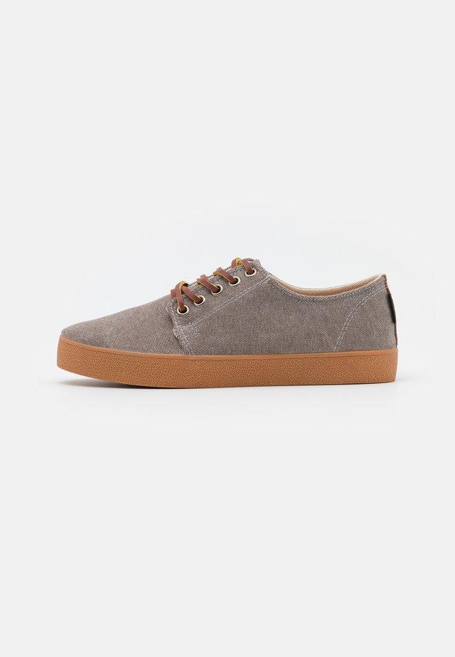 HIGBY UNISEX - Sneakersy niskie - grey/caramel