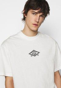 Han Kjøbenhavn - BOXY TEE FRONT - Print T-shirt - off white/black - 5