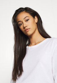 Weekday - ISOTTA - T-shirts - white - 4