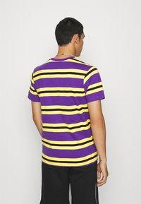 STAPLE PIGEON - STRIPED POCKET TEE UNISEX - Print T-shirt - yellow - 2