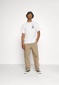 Edwin - GLOBAL CHEST UNISEX - Print T-shirt - whisper white - 1