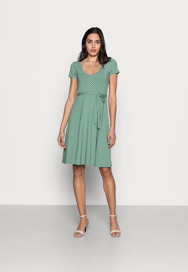 SALLY DRESS FRESNO - Žerzejové šaty - opal green