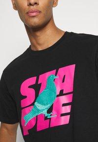 STAPLE PIGEON - STACKED LOGO TEE UNISEX - Print T-shirt - black - 6