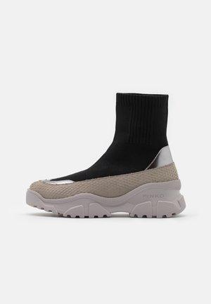 LOVE TREK BOOT - Kotníkové boty na platformě - nero limousine