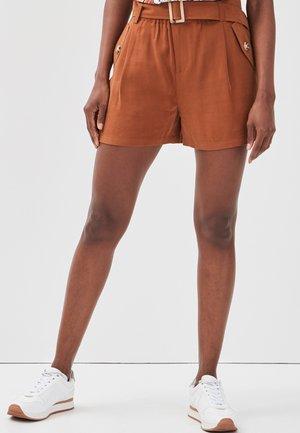 MIT GÜRTEL - Shorts - brown