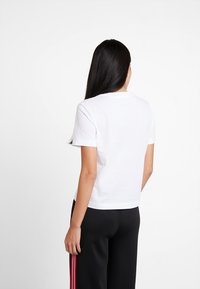 Calvin Klein Jeans - MULTI LOGO BOX STRAIGHT TEE - T-shirt imprimé - bright white - 2