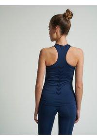 Hummel - HMLTIF SEAMLESS  - Sports shirt - black iris - 2