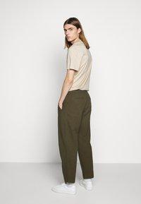 Folk - DRAWCORD ASSEMBLY PANT - Kalhoty - olive - 2