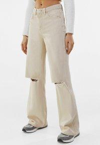 Bershka - Jeans a zampa - beige - 0