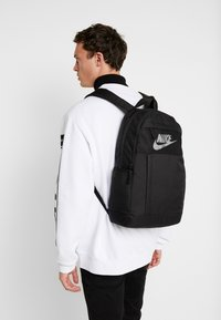 Nike Sportswear - ELEMENTAL UNISEX - Batoh - black/white - 1