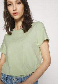 Levi's® - THE PERFECT TEE BATWING OUTLINE BOK CHOY - T-shirt med print - greens - 5