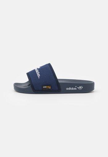 ADILETTE - Matalakantaiset pistokkaat - collegiate navy/footwear white