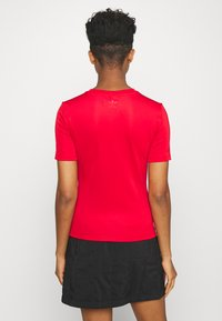 adidas Originals - SLIM SHORT SLEEVE TEE - T-shirt z nadrukiem - scarlet - 2