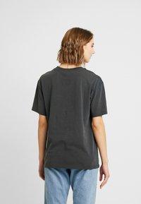 Topshop - NORTOIUOUS - T-shirt imprimé - charcoal - 2