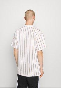 Karl Kani - SIGNATURE PINSTRIPE TEE - Print T-shirt - white - 2
