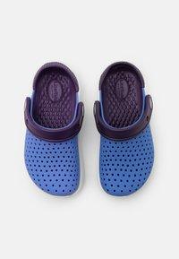 Crocs - LITERIDE UNISEX - Pool slides - lapis/mulberry - 3