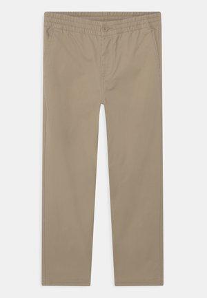 PREPSTER PANTS FLAT FRONT - Chinos - classic khaki