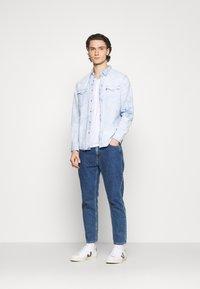 Levi's® - BARSTOW WESTERN STANDARD - Overhemd - med indigo - 1