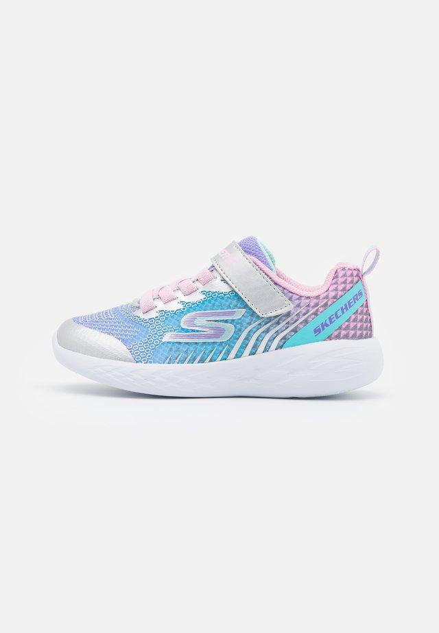 GO RUN 600 RADIANT RUNNER - Neutral running shoes - silver/multicolor