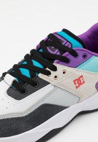 DC Shoes - E.TRIBEKA SE UNISEX - Zapatillas skate - white/armor/turquoise - 5