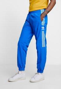 adidas Originals - LOCK UP - Tracksuit bottoms - bluebird - 0