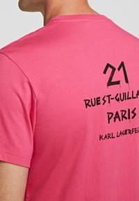 KARL LAGERFELD - Print T-shirt - fuchisa - 3