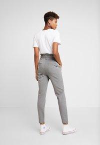 ONLY - ONLPOPTRASH EASY PAPERBAG PANT - Kalhoty - medium grey melange - 3