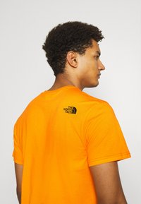 The North Face - MENS SIMPLE DOME TEE - T-shirt basic - orange/black - 3