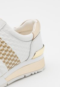 MICHAEL Michael Kors - ALLIE WRAP TRAINER - Baskets basses - optic white/gold - 4