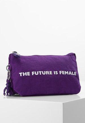 CREATIVITY L - Trousse - future purple