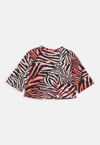 Puma - CLASSICS SAFARI TEE - Print T-shirt - apricot blush - 1