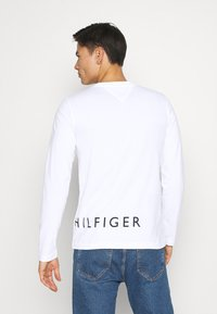 Tommy Hilfiger - CORP LOGO LONG SLEEVE TEE - Long sleeved top - white - 2