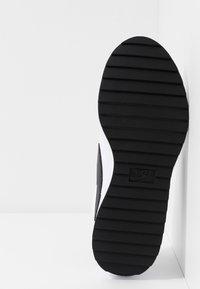 Nike Golf - CORTEZ - Obuwie do golfa - white/black/metallic gold - 4