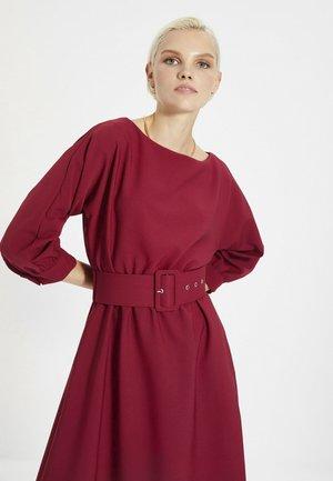Sukienka etui - burgundy