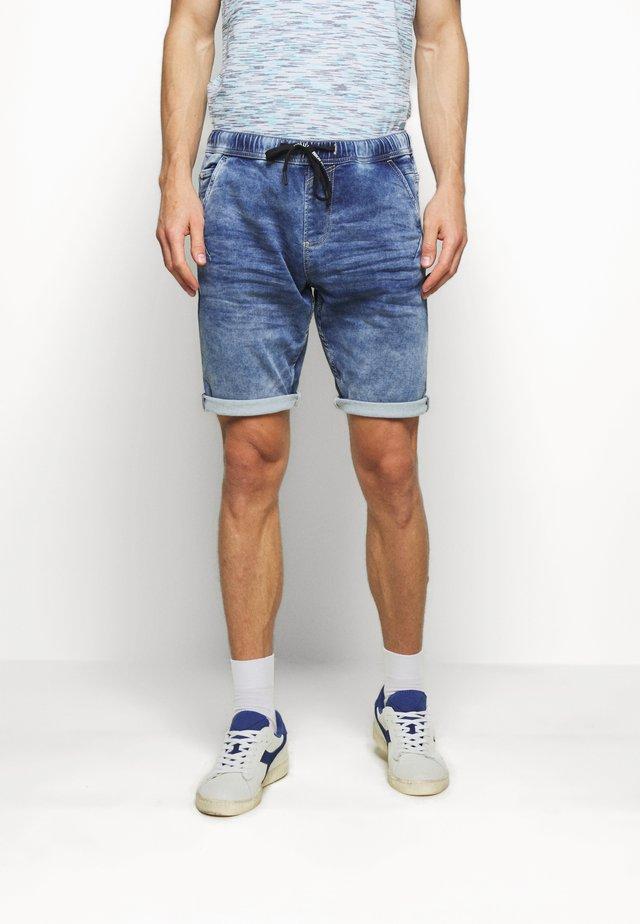 JEANSHOSEN DENIM JOGGER SHORTS - Shorts di jeans - light stone blue denim