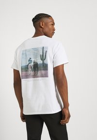 Mennace - COLLABORATION REGULAR - Print T-shirt - off white - 0