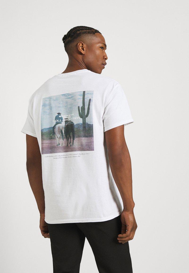 Mennace - COLLABORATION REGULAR - Print T-shirt - off white