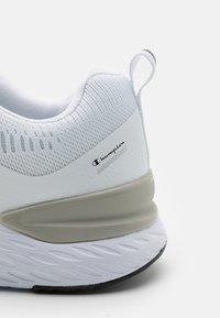 Champion - LOW CUT SHOE BOLD 2.2 - Neutrální běžecké boty - white - 5