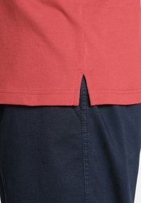 Charles Colby - RHYS - Polo shirt - red - 3