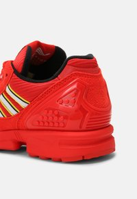 adidas Originals - ZX 8000 LEGO UNISEX - Sneakers laag - active red/white - 6
