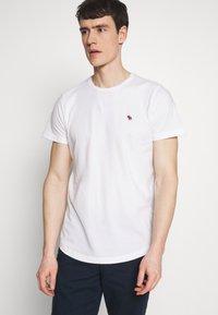 Abercrombie & Fitch - CURVED HEM ICON - Camiseta básica - white - 0