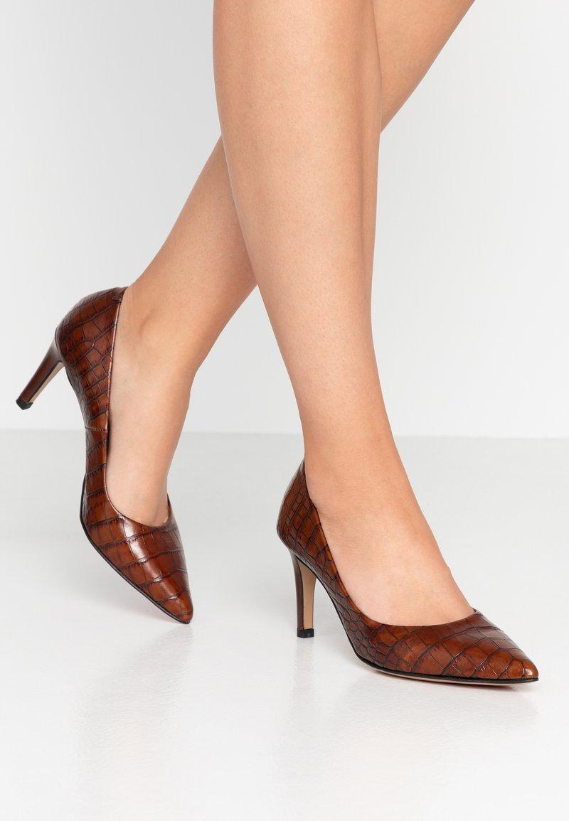 PERLATO - Classic heels - jamaika cognac