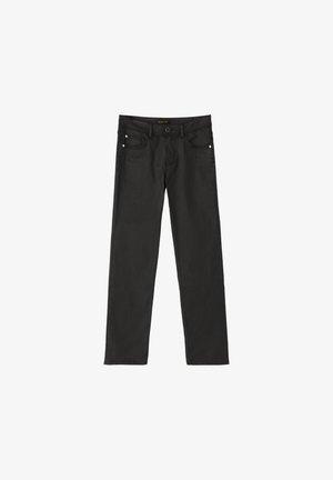 MIT GUMMIERTEM FINISH UND HALBHOHEM BUN - Trousers - black