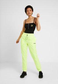 Puma - CHASE PANT - Pantalones - yellow alert - 1
