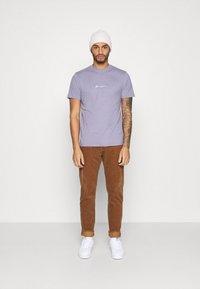 Mennace - UNISEX ESSENTIAL SIGNATURE - Basic T-shirt - murky violet - 1