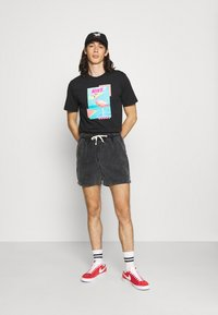 Nike Sportswear - M NSW BEACH FLAMINGO - T-shirts print - black - 1