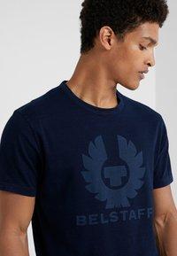 Belstaff - COTELAND  - T-shirt imprimé - indigo - 4