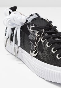 McQ Alexander McQueen - SWALLOW PLIMSOLL  - Tenisky - black/optic white - 7