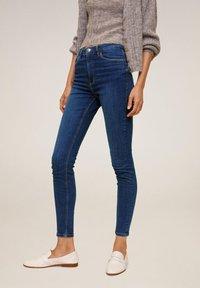 Mango - MIT HOHEM BUND NOA - Jeans Skinny Fit - dunkelblau - 0