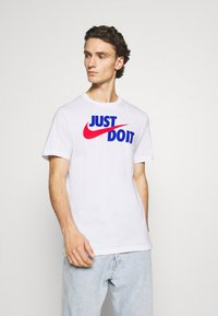 Nike Sportswear - TEE JUST DO IT - Camiseta estampada - white/game royal/university red - 0